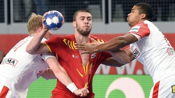 Filip Kuzmanovski und Mads Mensah Larsen im Zweikampf bei einem Handballspiel.