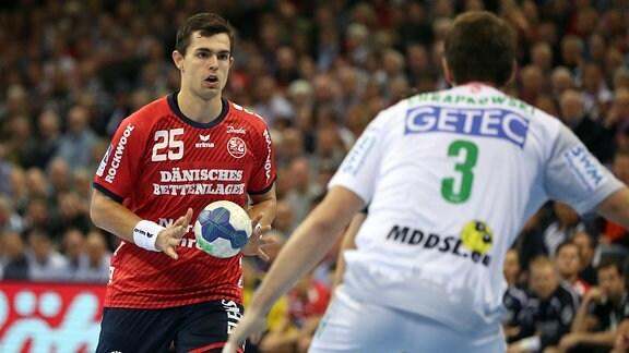 Rasmus Lauge Schmidt (SG Flensburg-Handewitt, 25) gegen Piotr Chrapkowski (SC Magdeburg, 03)