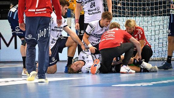Franz Semper wird auf dem Spielfeld behandelt