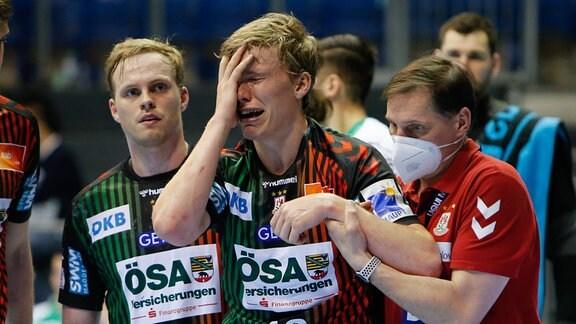 Thorgeir Kristjansson (Magdeburg, 10) verletzt sich an der Schulter.