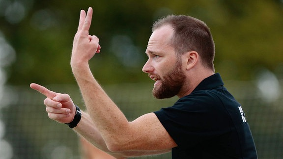 Cheftrainer André Haber gestikuliert mit beiden Händen.