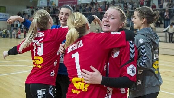 Die Wildcats gewinnen das Spiel und ziehen das erste Mal in der Vereinsgeschichte ins Final Four im DHB Pokal ein. Jubel von Elisa Möschter (SV Union Halle) und Swantje Heimburg (SV Union Halle) im Viertelfinale SV Union Halle-Neustadt (Wildcats) vs. Bayer 04 Leverkusen