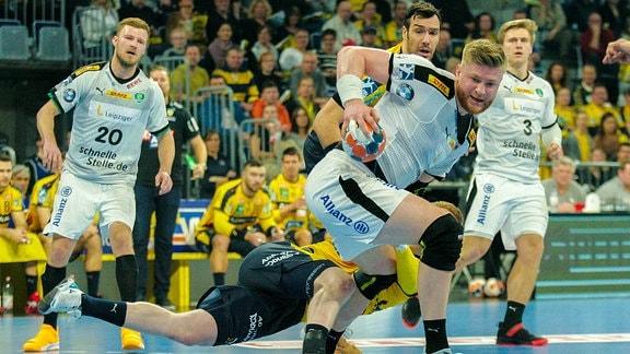Leipzigs Maciej Gebala setzt sich am Kreis gegen Ymir Örn Gislason durch.