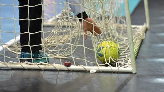 Ein Ball wird aus einem Tornetz geholt
