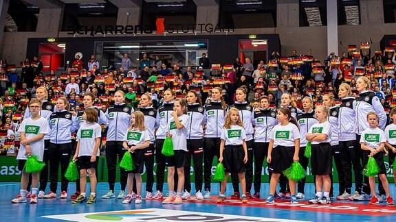 DHB-Damen-Mannschaft bei der Nationalhymne