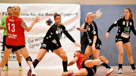 Anna-Lena Tomlik ( Beyeroehde 20) gegen Nina Reissberg ( Halle 99 ) Sophia Luetke ( Halle 21 ).