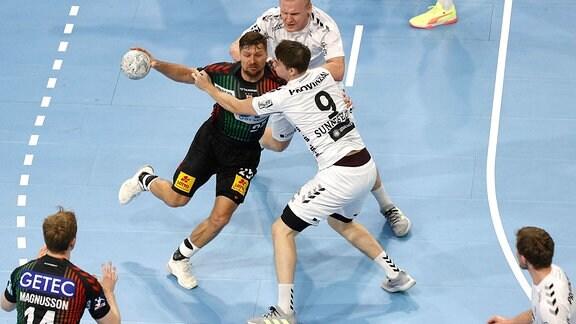 Marko Bezjak im Zweikampf mit Patrick Wiencek
