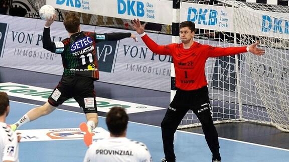 Daniel Pettersson  wirft gegen Kiels Torwart Niklas Landin Jacobsen