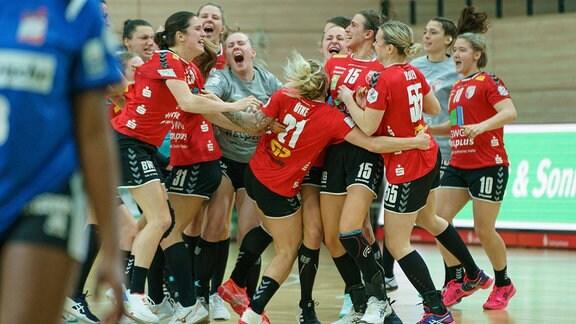 Die Spielerinnen des SV Union Halle-Neustadt jubeln