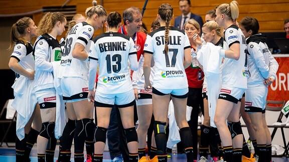 Trainer Henk Groener spricht in der Auszeit zur Mannschaft