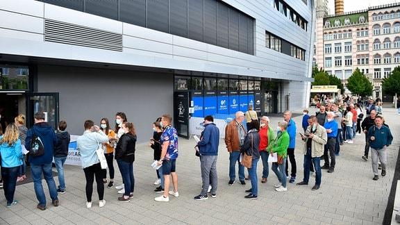 Fans am Eingang der Sporthalle.