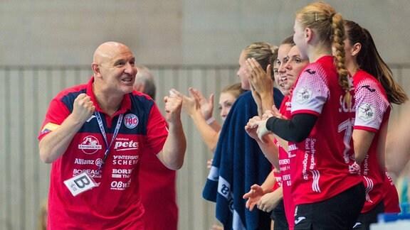 Herbert Müller freut sich mit seinen Spielerinnen.