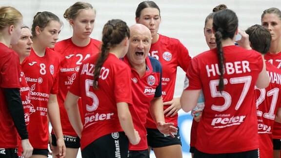 Trainer Herbert Müller (THC) gibt seiner Mannschaft Anweisungen