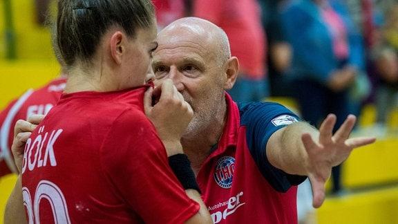 Emily Bölk mit Trainer Herbert Müller