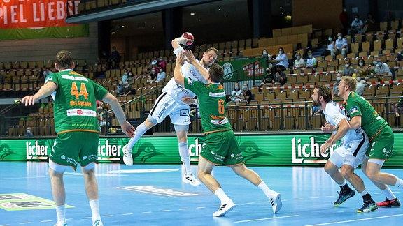 Handballspieler wirft aufs Tor.