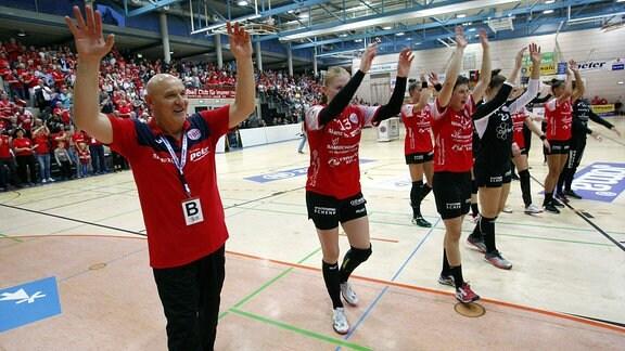 Trainer Herbert Müller, Meike Schmelzer und Ina Großmann jubeln.
