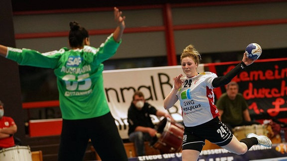 Leonie Moormann Kurpfalz Bären Nr.65 gegen Mikkelsen Helena SV Union Halle Neustadt mit Nr.24