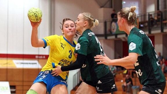 Lara SEIDEL 3, HC Leipzig/ mit Ball gegen Luisa KNIPPERT 24, VfL Oldenburg