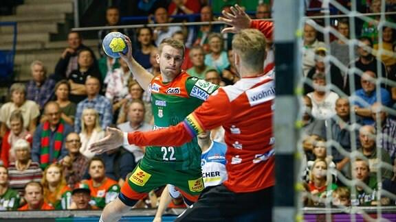 Lukas Mertens (SC Magdeburg) beim Wurf