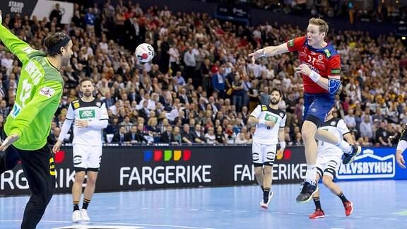Magnus Gullerud (Nr. 21, Norwegen) gegen Torhueter Silvio Heinevetter (Nr. 12, Deutschland).