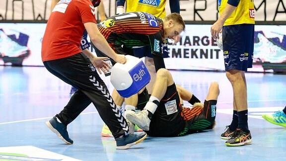 Magdeburgs Matthias Musche verletzt am Boden