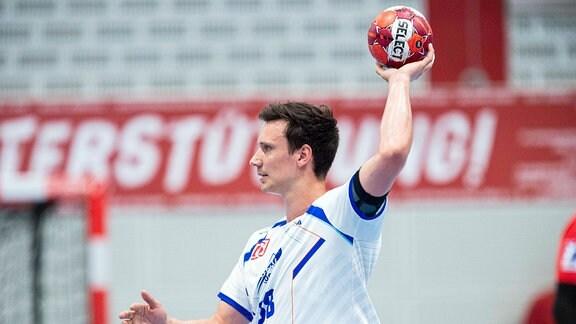 Max Emanuel, Dessau-Roßlauer HV, mit Ball in der Hand.