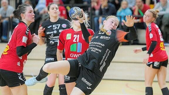 Meike Schmelzer (THC) setzt sich durch gegen Sophie Lütke (SV Union Halle) und Pia Dietz (SV Union Halle)