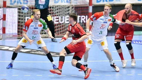 Elvar Oern Jonsson spielt den Ball, Omar Ingi Magnusson, Jannick Green Krejberg hinten, Magnus Gullerud, Arnar Freyr Arnarsson