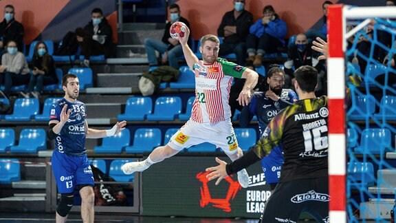 Mertens Lukas, SC Magdeburg, springt hoch und wirft den Ball.