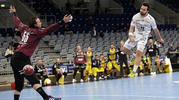 Lukas Binder 11, SC Leipzig erzielt einen Treffer gegen Nikolas Katsigiannis 55, Torwart, Rhein Neckar Löwen.