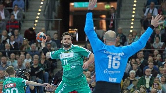 Lukas BINDER SC DHfK Leipzig wirft gegen Torwart Gorazd Skof Eulen Ludwigshafen