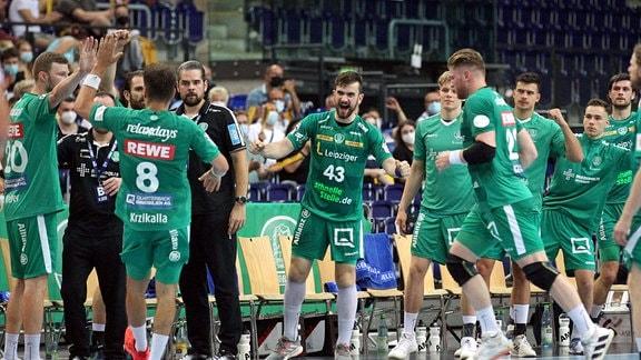 Marc Esche 43, SC DHfK Leipzig jubelt auf der Bank mit seinem Team.