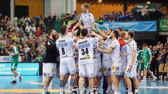 Mannschaft des SC Magdeburg, Schlussjubel. Siegtorschütze Daniel Pettersson wird gefeiert.