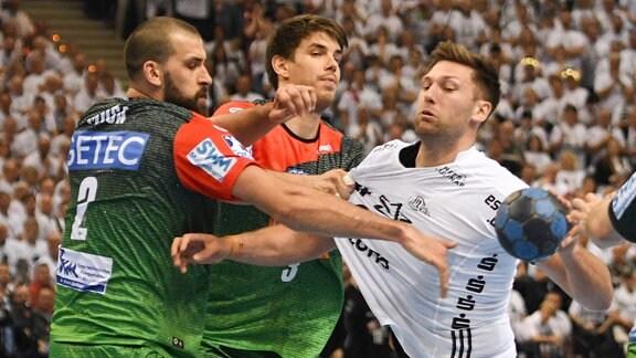 Harald Reinkind (Kiel 06) versucht sich gegen Zeljko Musa (Magdeburg 02) und Piotr Chrapkowski (Magdeburg 03) durchzusetzen
