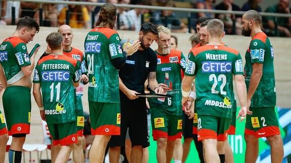 Bennet Wiegert (Magdeburg, Trainer) spricht zu den Spielern Halle (Saale)