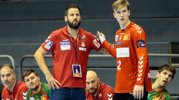 Treiner Bennet Wiegert und Torwart Tobias Thulin