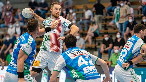 Christian O Sullivan, SC Magdeburg, wirft aus dem Rückraum.