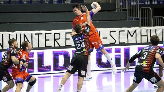 Handballspieler im Kampf um den Ball.
