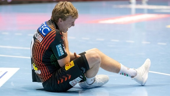 Gisli Thorgeir Kristjansson, SCM, hält sich die Schulter.