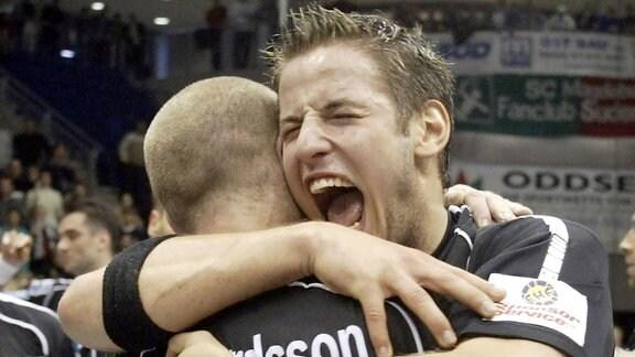 Bennet Wiegert umarmt stürmisch Sigfus Sigurdsson