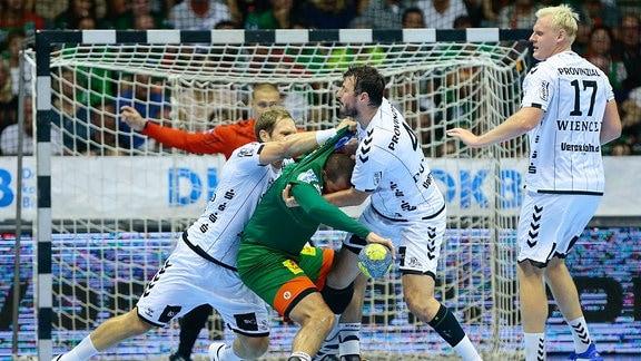 Kampfszene im Spiel SC Magdeburg - THW Kiel