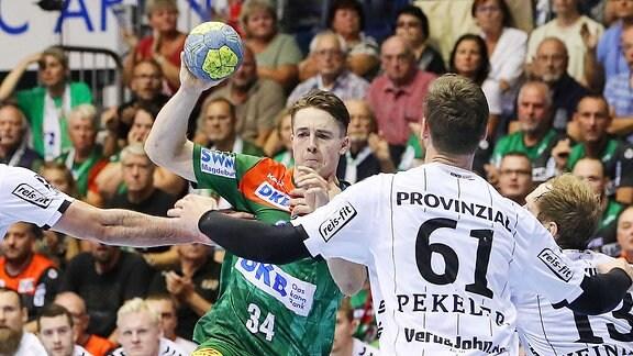 Michael Damgaard (SC Magdeburg) gegen Hendrik Prekeler (THW Kiel)