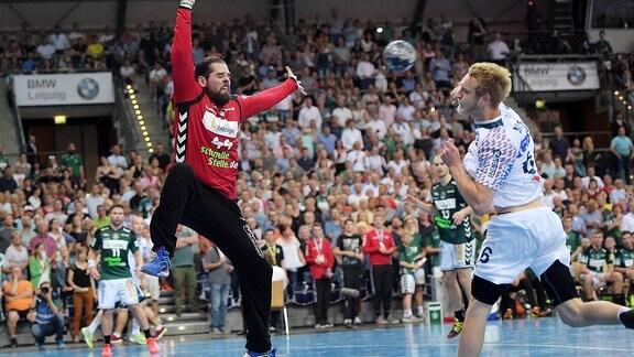 DHfK Torwart Milos Putera ( 44) hält den Ball von Matthias Musche (SCM 6).