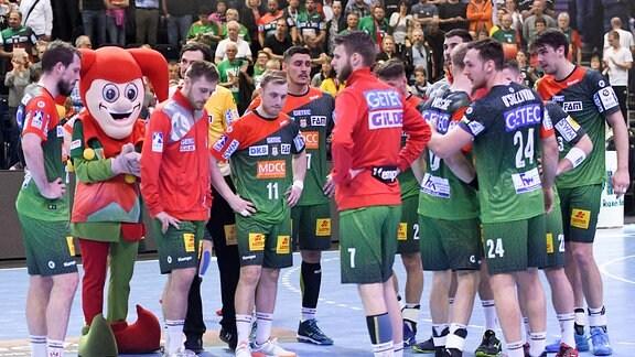 Die Magdeburger Mannschaft laesst nach der Niederlage die Koepfe haengen.