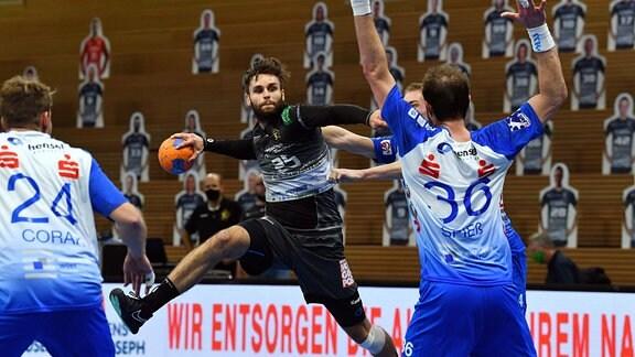 Sebastian Greß Dresden gegen Lars Spieߟ 36 und links: Dino Corak beide Groߟwallstadt, HC Elbflorenz Dresden gegen TV Großwallstadt