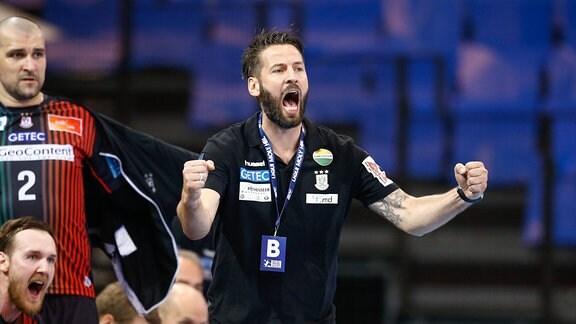 Trainer Bennet Wiegert jubelt.