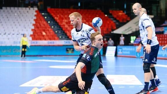Omar Ingi Magnusson (v.l.) vom SC Magdeburg und Jim Gottfridsson vom SG Flensburg im Zweikampf.