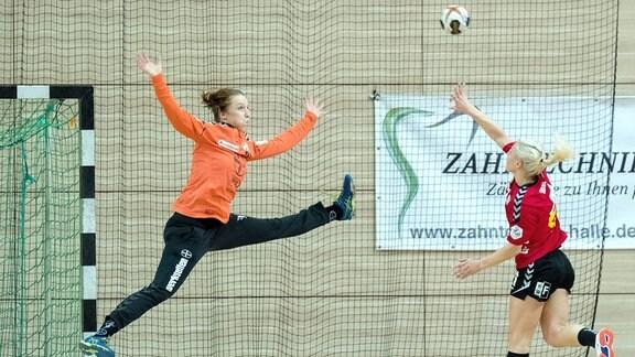 Leverkusens Torhüterin Nele Kurzke (l.), Unions Sophie Lütke (r.).