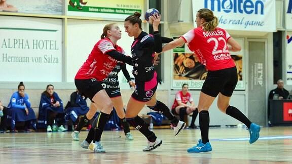 Julia Behnke (TusSies Metzingen 93) gegen Meike Schmelzer (Thüringer HC 13)