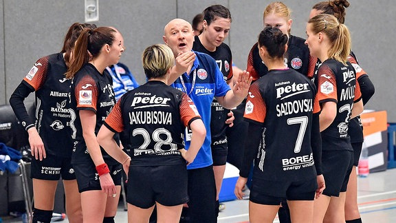 Herbert Mueller (Trainer Thueringer HC) in einer Auszeit, Iveta Luzumova (L, vorne) ,GER, HSG Bad Wildungen Vipers - Thueringer HC